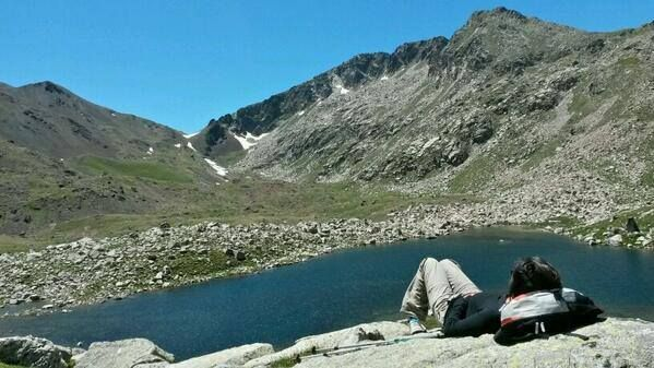 Descansant en l'Estany Gran de la Mainera #ValldAssua #Vallfosca . Geologia i paisatges magnífics #pallarsjussa
