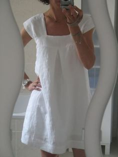 tunique H transformée en robe. From a French blog. Sleeves not altered, pleat on front, gathered back, smaller size for the body than the bodice