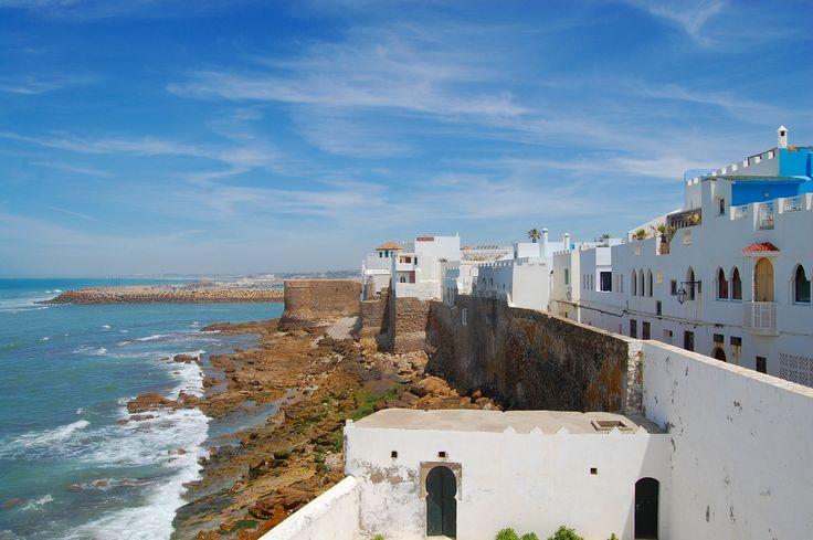 Обаятельные портовые города Эль-Джадида и Асила редко появляются на экранах радаров приезжающих в Марокко — все торопятся в Касабланку и Эс-Суэйру, Фес и Марракеш. Но это и к лучшему, ведь любопытный путешественник, решивший разнообразить свой маршрут, найдет здесь импозантные форты, рыбные рестораны и, не в последнюю очередь, отличные пляжи. И все это — без толп иностранных туристов.