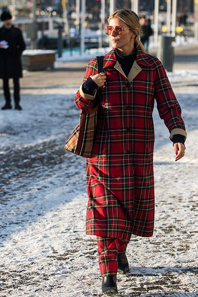 Trend-Doppel. Burberrys Brit-Chic kommt in Schwedens Hauptstadt gut an. Klar, vereint der Look doch die Trends Rot und Karo!