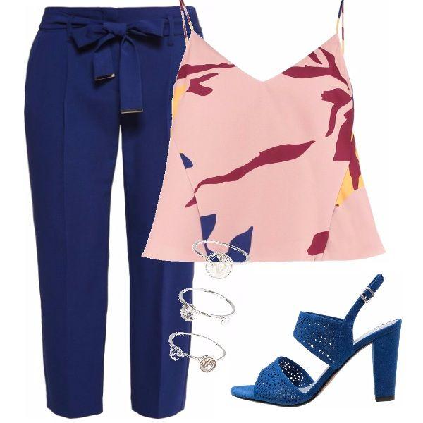 Questo Pantalone navy blue con tasche laterali da all'eleganza un tocco di maschiaccio non rinunciando alla femminilità con il top rosa e sandalo blu con tacco comodo.