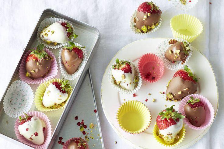 Das Rezept für Erdbeerkonfekt mit Pistazien und rosa Pfeffer mit allen nötigen Zutaten und der einfachsten Zubereitung - gesund kochen mit FIT FOR FUN