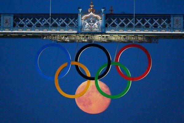 Photo prise au moment parfait, jeux olympiques, JO, anneaux, Lune