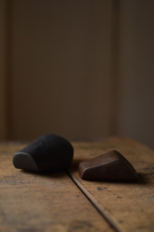 鎌田奈穂 成田理俊 渡辺遼  金属3人展  「飾」  -作品紹介-  先_鉄 / 渡辺遼    *鉄板を溶接しつくられた造形物です。  中は空洞で小石や砂利が入っています。  旅先でひろってきた木の実や小石のように、  そっとお部屋に飾る彫刻作品です。