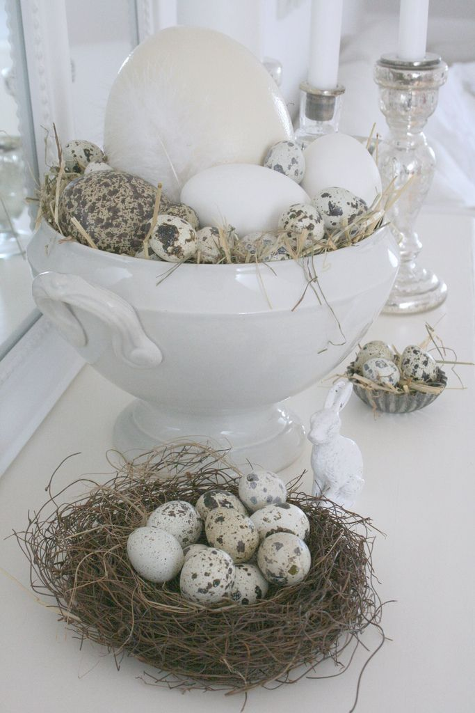 """Last week I took all the eggs I´ve collected over the years from our cellar and put them in different """"Easter nests"""". Therefor I used the big tureen but also a little cake tin. With a little bit of hay the nests are ready immediately and look very natural."""