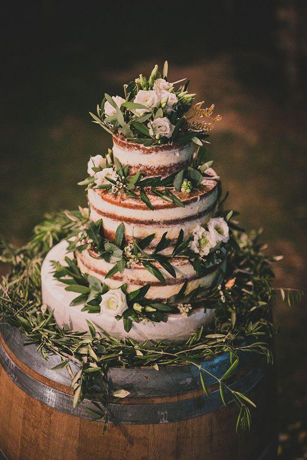 stunning naked cake with flowers and foliage http://weddingwonderland.it/2016/01/matrimonio-rustico-all-aperto.html
