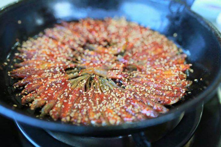 고소하게 튀겨낸 피라미에 고추장 양념이 더해진 칼슘 덩어리! 도리뱅뱅이 한 접시~