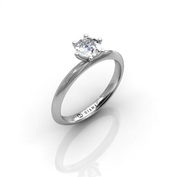 Acest inel de logodnă solitar din aur alb pare mai subțire, mai finuț, datorită profilului triunghiular. Este un model similar cu S23RO, diferența constând în faptul că diamantul este montat în 6 gheruțe în loc de 4. Inelul poate fi configurat cu orice diamant de pe site, indiferent de formă și dimensiune. Pentru diamantele cu altă formă decât rotund, caseta va fi adaptată corespunzător.