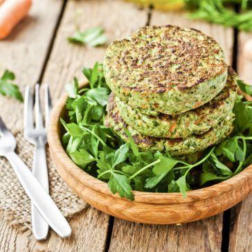 Wegeburgery ze szpinakiem i zielonym groszkiem