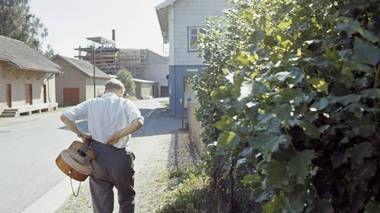 1969: Alf Prøysen rusler en tur på veien ved sine hjemtrakter.
