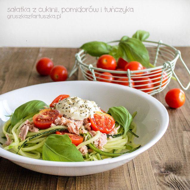 Pyszna i lekka sałatka z cukinii, pomidorów i tuńczyka - doskonała na lunch lub lekki obiad!