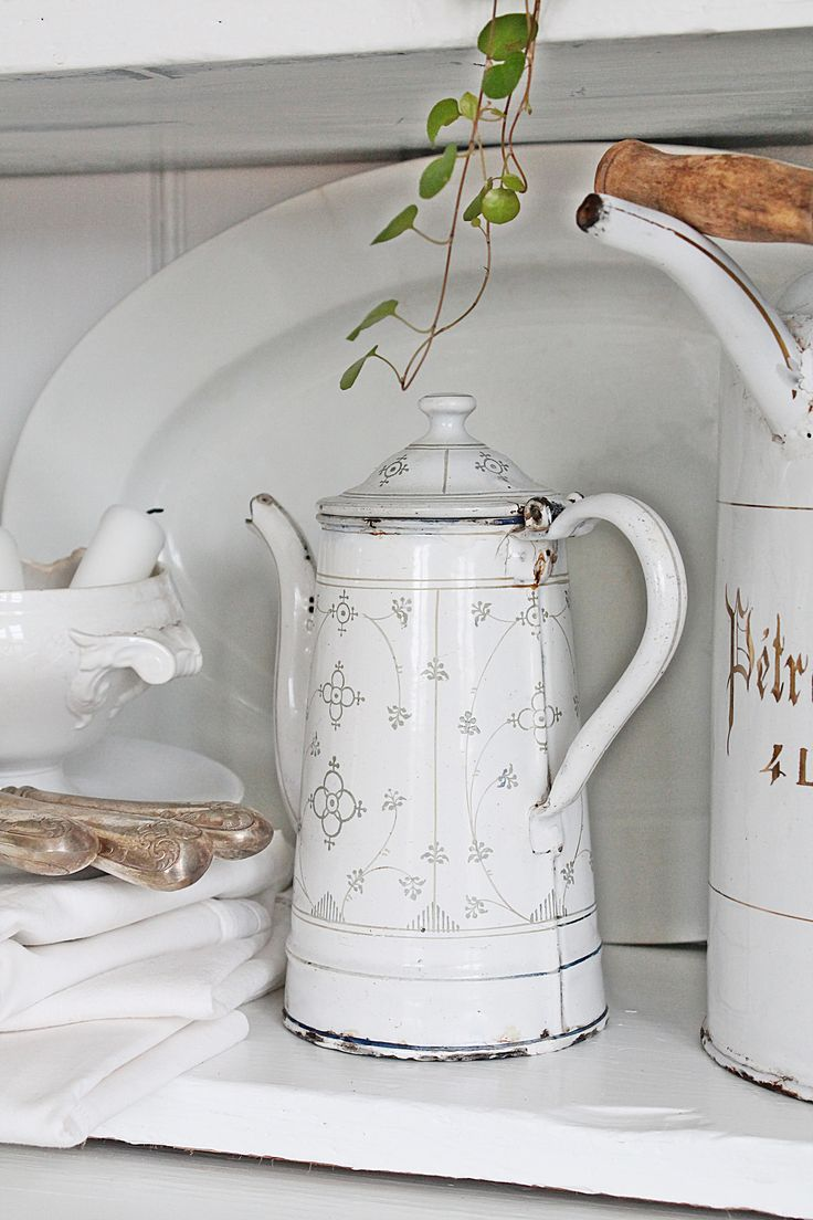http://vibekedesign.blogspot.no/ I love enamel, and this design on an enamel pitcher is so lovely. And loving the ironstone in the frame, too!