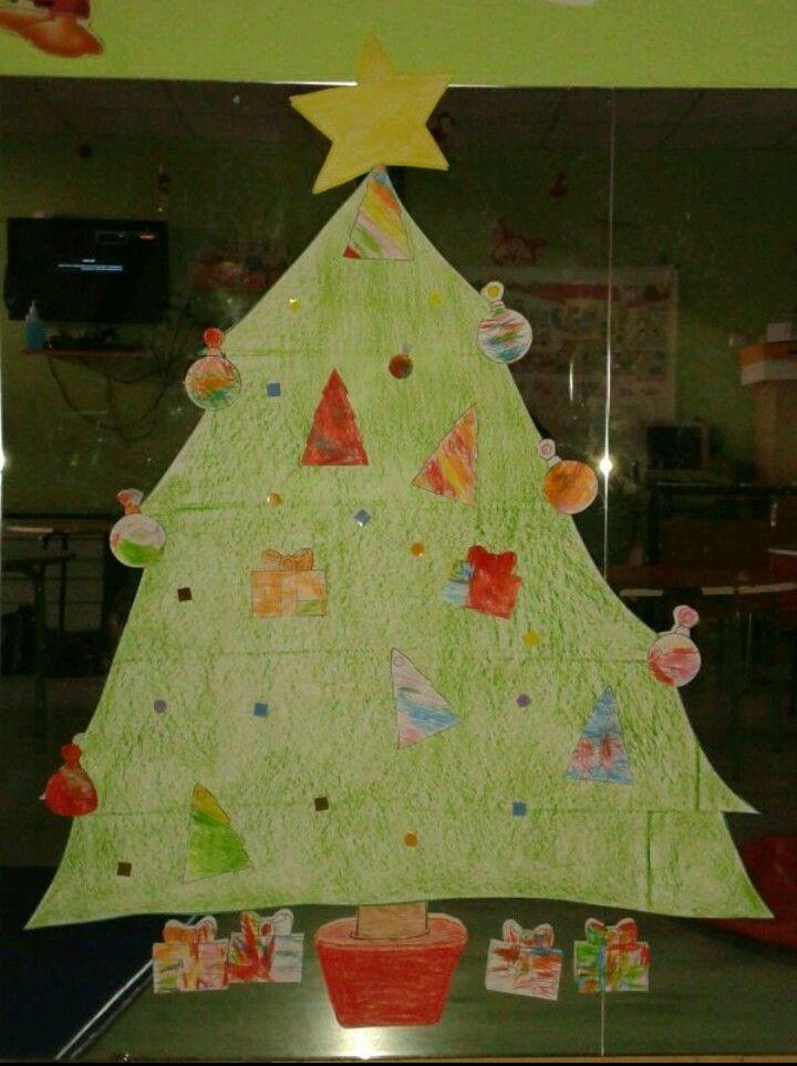 Árbol de navidad decorado por alumnos de 3 años. Lo realizaron los alumnos de mis primeras prácticas, del colegio Santa Maria de la Providencia.
