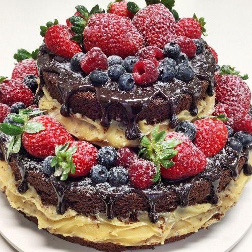 Naked cake de chocolate com brigadeiro branco, ganache e frutas vermelhas