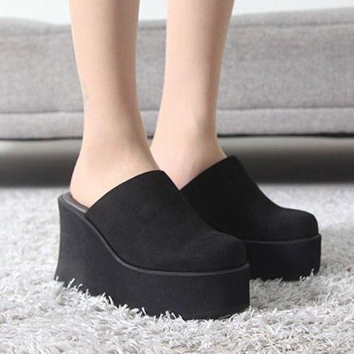 サボサンダル レディース ミュール ウェッジソール 厚底 スエード調 2017 秋冬 ファッション 靴 婦人靴素材:スエード調合皮原産地:KOREA詳細サイズヒール約:10cm底幅約:9.5cmカラー:BLACK BEIGE GRAYサイズ(cm):225 230 235 240 245 250合計金額10,500円以上お買い上げ頂いた場合送料無料にてお受けさせて頂きます。御注文頂きましてから7日〜14日ほどでお届けさせて頂きます。幅・甲が大きめの方はワンサイズアップをお勧めします検索スタイルones/style/ワンズスタイル/ワンズ/スタイル40代/50代/30代/ファッション/レディース/女性/2017