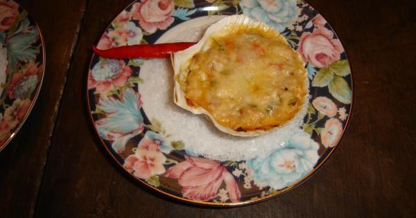 3 colheres de sopa de azeite  - 1 colher de sopa de manteiga  - 1 cebola média ralada  - 3 tomates maduros e firmes, sem pele em cubos  - 500 g carne de tilapia grelhada e desfiada  - 2 pães amanhecidos sem casca  - 2 xícaras de leite  - 1 colher de sopa de alho picado e frito no azeite  - 2 colheres de sopa de salsinha picada  - 2 colheres de sopa de cebolinha picada  - Sal e pimenta a gosto  - Parmesão para gratinar  -