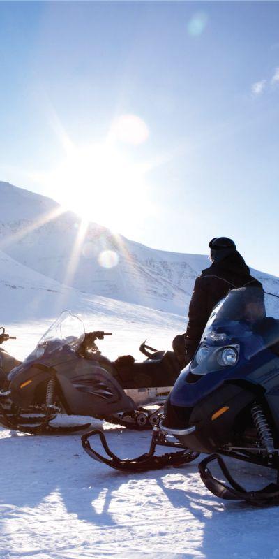 Snøscootersafari er et ekte vintereventyr! Gi et gavekort på en rolig tur som passer de fleste, en lokalkjent guide vil gi kunnskap og historie underveis.