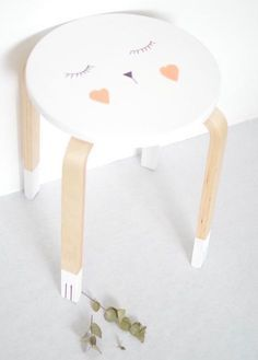 IKEA hack : modern side table with a painted face