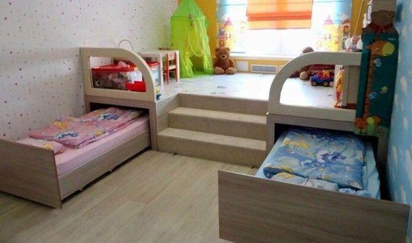 kleine slaapkamer; maak uitschuif bedden onder platform