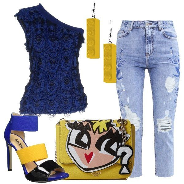 I jeans blu lavaggio chiaro hanno una lunghezza al polpaccio, la vita alta e decori e strappi lungo le gambe. Li abbiniamo al top monospalla blu dal tessuto ricamato con fili a rilievo. Ai piedi sandali con tacco a spillo alto con strisce di tre colori, nera, gialla e bluette. Come borsa una tracollina gialla con decoro di viso a rilievo e tracolla a catena dorata. Per finire orecchini pendenti in plastica gialla che riproducono un mattoncino leg...