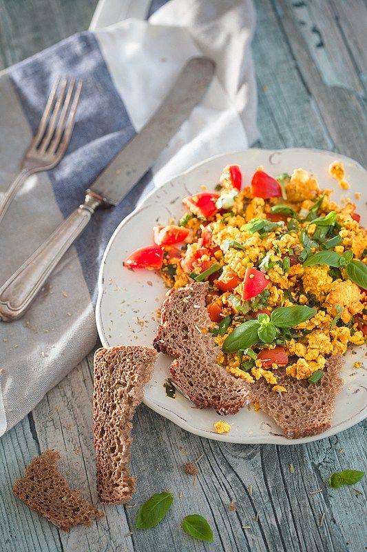 Tofurührei ist eine vegane Frühstücksvariante. Die tierleid-freie aber wahnsinnig leckere Alternative zu dem Standard-Rührei.