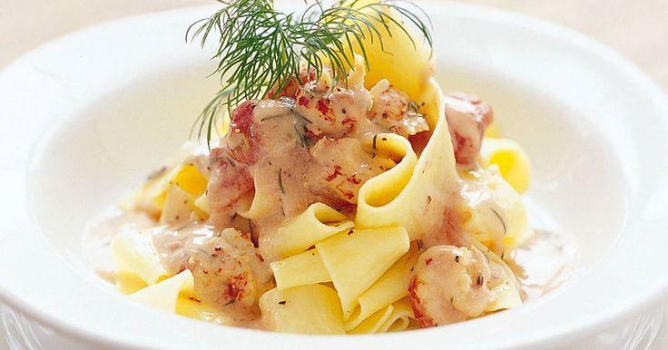 Bjud på god och enkel pasta med ljuvliga kräftstjärtar i krämig sås med smak av tomat och dill. Den som vill byter kräftstjärtarna mot räkor.
