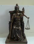 beeld van vrouwe Justitia zittend