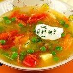 Зайкины щи Для приготовления блюда Зайкины щи необходимы следующие ингредиенты: 200 гр капусты белокочанной, картошка одна, морковь, половина луковицы, корень петрушки, 4 столовые ложки зеленого горошка свежего или замороженного, 2 помидора, столовая ложка масла сливочного, 700 мл мясного бульона или овощного отвара, 4 столовые ложки сметаны, две столовые ложки укропа рубленного, лавровый лист, соль на пробу.