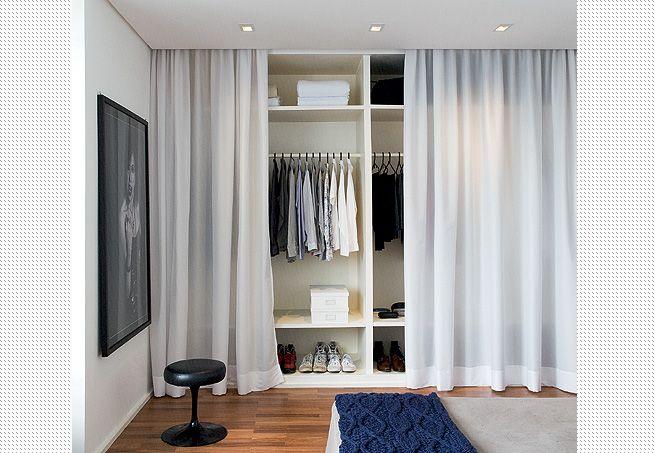 """A cortina de voile branco corre num trilho embutido atrás da sanca de gesso, é a """"porta"""" do armário aberto."""