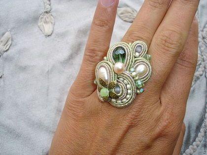 Купить или заказать Серьги и кольцо COL-SET2 Продано в интернет-магазине на Ярмарке Мастеров. Изящный комплект из серег-пусетов и кольца. Розоватый жемчуг в сочетании с салатовыми оттенками создает притягательное сочетание свежести и весеннего настроения.