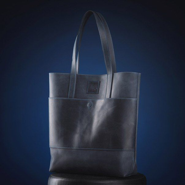 Tmavě modrá dámská kabelka vyrobená z pravé kůže. Ručně vyrobená kabelka s použitím strojního šití o rozměru 40x35x10 cm. Možnost vlastního loga či nápisu.