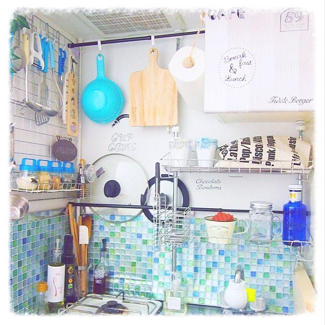 女性で、の壁面収納/収納アイデア/タイルシート/水色/100均アイテム/ワイヤーネット…などについてのインテリア実例を紹介。「狭いキッチンなので前面、両サイド面、収納棚壁面とあらゆる壁を収納にしています♡ レオパレスオリジナルのステンレス棚に洗い物を乗せたりこれがまた便利^^」(この写真は 2016-03-14 19:22:39 に共有されました)