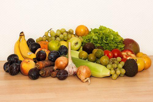 129. Biokiste  Gemüse: 400 g Purple-Haze-Möhren, 2 Zwiebeln, 1 Knolle frischen Knoblauchs, 2 Zuckermaiskolben, 1 Eichblattsalat, 350 g Tomaten  Obst: 500 g Zwetschgen, 3 Bananen, 2 Pfirsiche, 1 rote Grapefruit, 1 Zitrone, 350 g kernlose Trauben, 5 Äpfel, 450 g gelbe Pflaumen, 150 g Reineclauden, 3 Avocados, 1 Nektarine, 1 Mango  --  Gesamtsumme: 27,50 EUR Anbieter: momo.abo-kiste.com