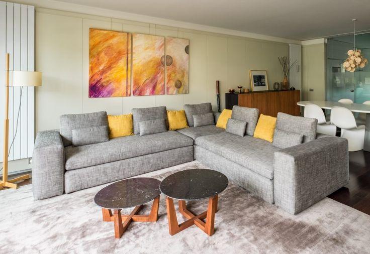 El conjunto de las 3 mesitas de salón son diseño del arquitecto, el sofá Cyrus de Habitat,  hacen un espacio amplio y acogedor. #lacasademiamiga #deco #decoracion