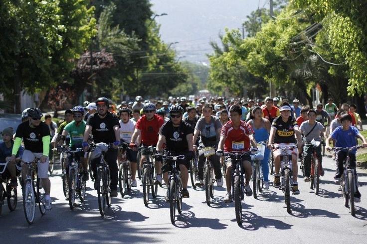 Un grupo de Happyciclistas este domingo 25 de noviembre asistio a la 8va CICLETADA FAMILIAR en Peñalolen. Agradecemos la confianza a la Corporación de Deportes y a la Municipalidad de dicha Comuna.    Y sobre todo, muchas gracias a la gente que participo de forma masiva, a pesar del intenso calor.  Be Happy!