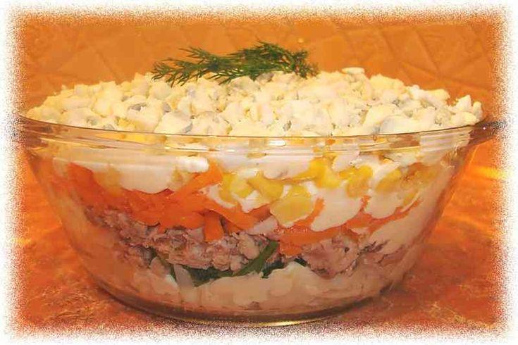 Салат с тунцом, креветками.помидорами.шампиньонами