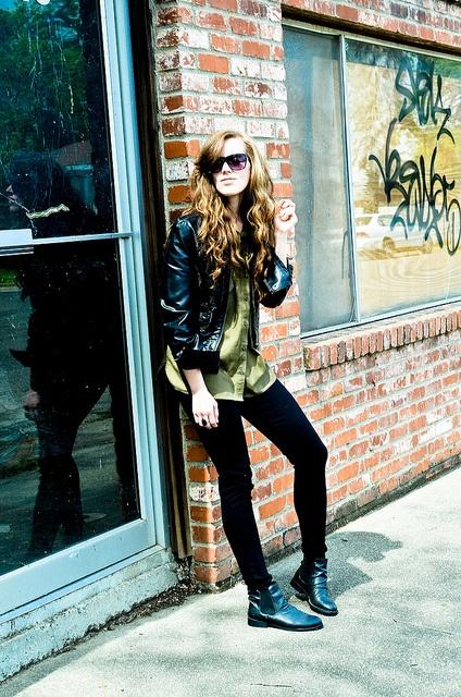 "Jennifer of ""Seeking Style"" wearing UO's jeans and sunglasses"