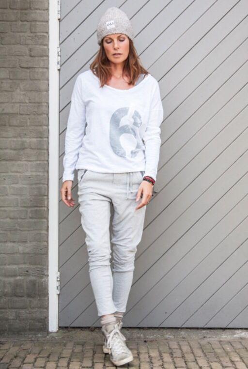grijze broek, grijs/wit oversized shirt.stoere grijze gympen eronder of grijze pumps