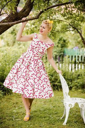 the midsummer dream dress. Cherry printed pique - Detta är en av mina absoluta favoritklänningar - den är vackert skuren med fina detaljer och jag har haft den på mig både på sommardagar och fina fester ...en riktigt juvel