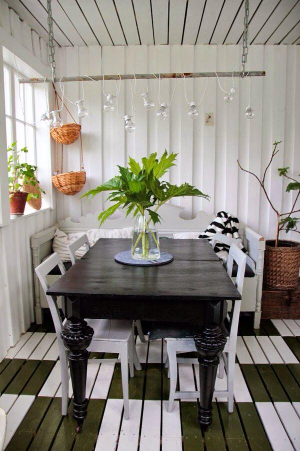 Campagnarde et rustique avec son éclairage bricolé et son plancher peint de gros carreaux contrastés vintage house juin