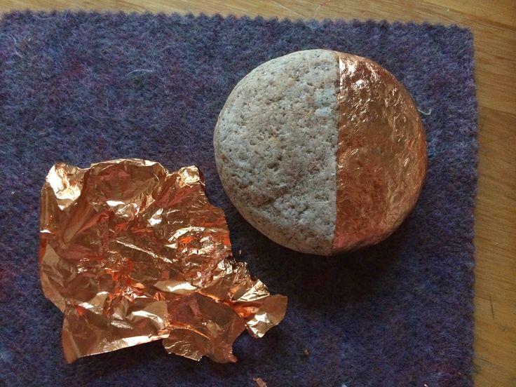 Com crear pedres daurades amb pa d'or. · How to create gilded stones using gold leaf. http://happystoneproject.blogspot.com.es/2015/01/pedres-daurades-gilded-stones.html #creixercreant #pedrafeliç #happystone #pintapedrers #stonepainters