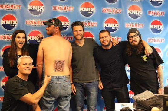 Deze man uit Arizona houdt wel heel erg van muziek. In ruil voor concertkaartjes liet hij een tattoo van Donald Trump zetten.