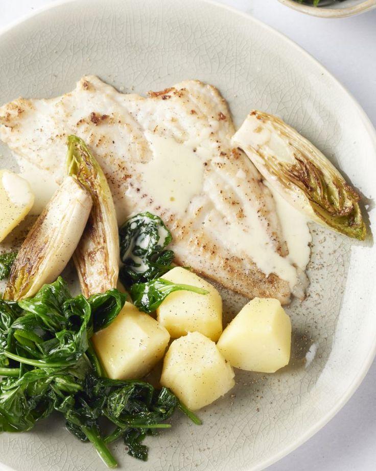 Lekkere pladijsfilets die je door de  bloem haalt en dan in goede boter bakt, heerlijk! Daarbij komt gestoofd  witloof, spinazie en een heerlijke wittewijnsaus.