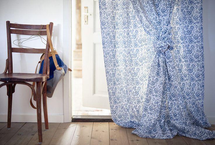 Η κουρτίνα MJÖLKÖRT συνδιάζει το κομψό μοτίβο λουλουδιών, σε μπλε και λευκό χρώμα. Είναι εμπνευσμένη από τη συλλογή Mulhouse και είναι σχεδιασμένη με θηλιές, ώστε να μπορείτε να την κρεμάσετε απευθείας στο κουρτινόξυλο.