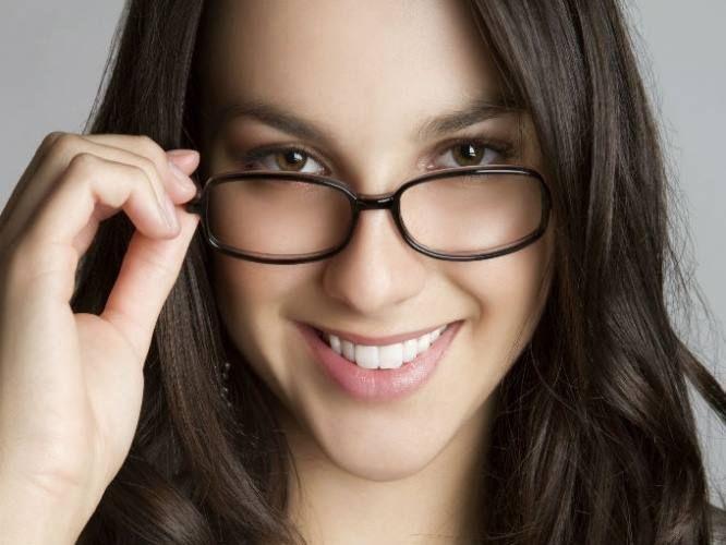 Si usas #Gafas para la #Miopía seguramente tus #Ojos se ven más pequeños, por ello te recomendamos a la hora de maquillarte, usar sombras claras y rizar bien tus pestañas, esto hará que tu ojo se ve más grande. #ClínicaCeo #Health. Foto vía http://goo.gl/kD1r1x