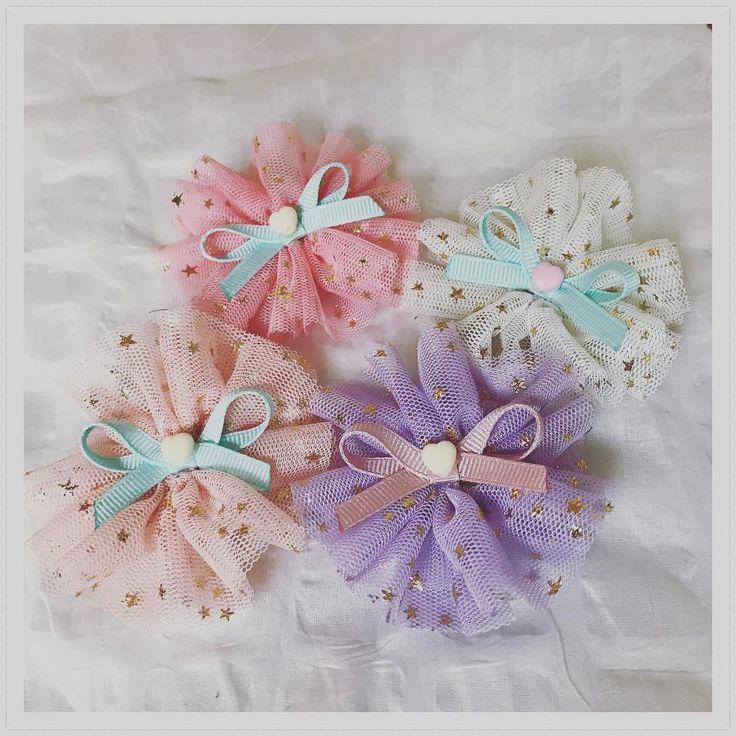 春にぴったりのふんわりヘアアクセサリーを作ってみませんか?軽くて透け感のあるチュールは今の時期にぴったり♡結ぶだけで作れるチュールゴムや、縫わない簡単チュールリボン、チュールぽんぽんの作り方も!チュールの色や組み合わせで、お子さんからママ世代まで楽しめます♪人気のTシャツヤーンにチュールを合わせてもとっても可愛いんですよ♡