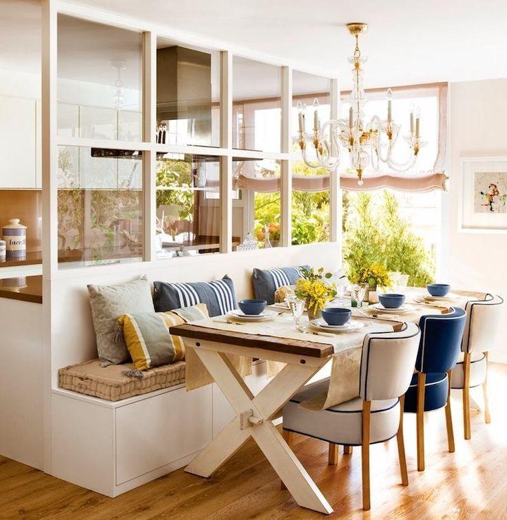 Innenvordach aus weiß lackiertem Holz zwischen der Küche und dem E