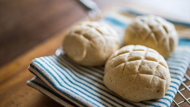 子供から大人まで幅広く愛されるメロンパン。今回は、卵や乳製品を使わないヴィーガンレシピをご紹介致します。パン屋さんで食べるメロンパンのような本格的な味です!動画付きなので、レシピもとっても分かりやすいですよ。ぜひ、作ってみて下さい! (2ページ目)