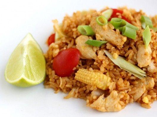 Stegte ris med kylling (god opskrift, anvender soya, ketchup, fiskesauce, sukker og hvid peber til krydring)