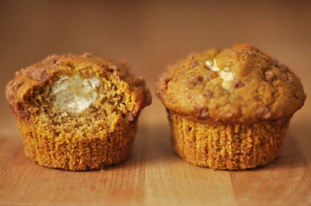 Kürbis-Frischkäse-Muffins mit Zimtstreuseln // Pumpkin Muffins with Cream Cheese Filling and Cinnamon Crumble // Berliner Küche